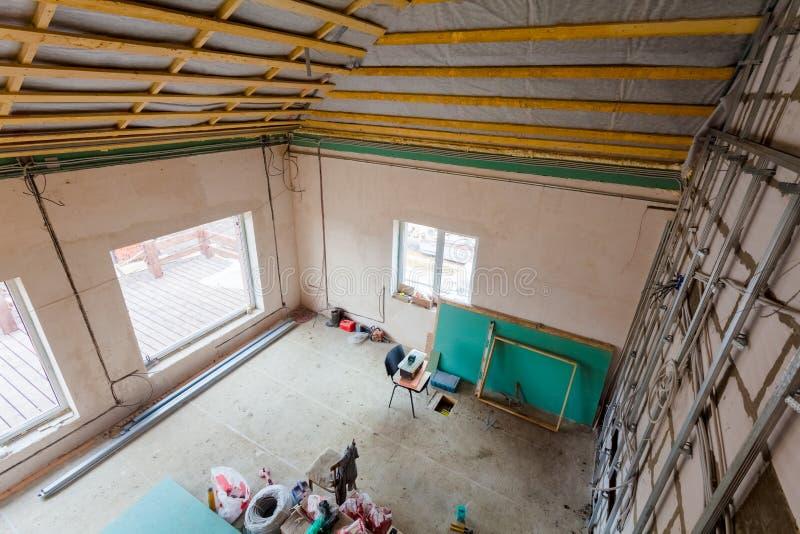 Materiales para las reparaciones y herramientas para remodelar el interior del apartamento de la casa que está bajo remodelado, r imágenes de archivo libres de regalías
