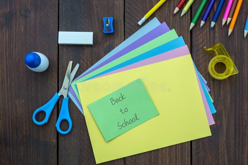 Materiales para los artes De nuevo a concepto de la escuela imagen de archivo libre de regalías
