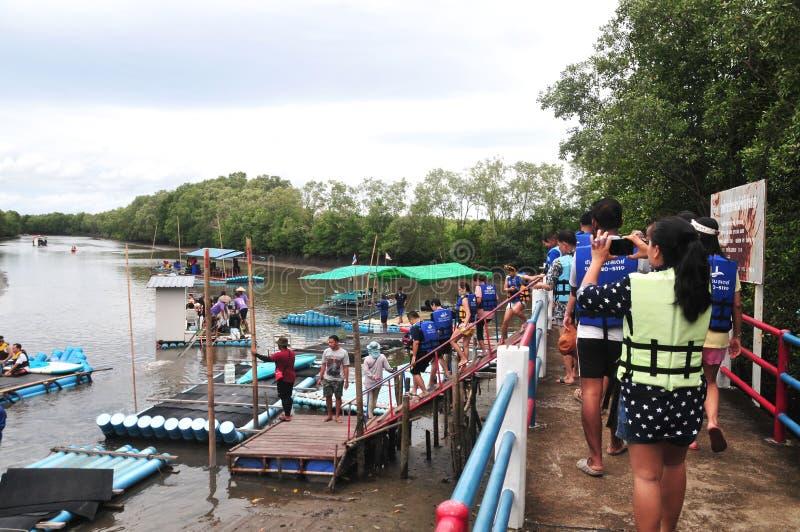 Materiales substitutos de bambú con la balsa del PVC del tubo que transporta la agua corriente del barco en balsa fotos de archivo libres de regalías