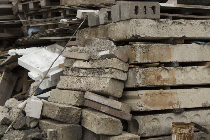 Materiali da costruzione usati Weathered e disordine sporco fotografie stock