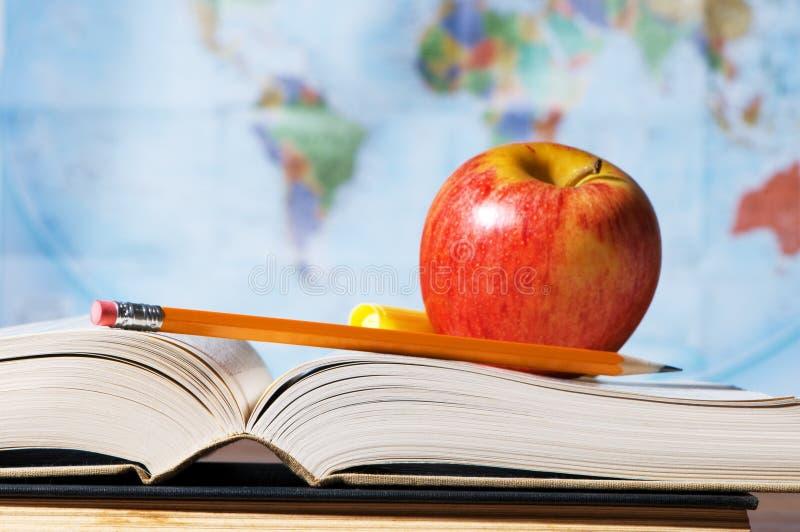 Materiali di studio con i libri ed il programma fotografie stock