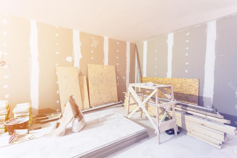 Materialien für Bau - Kittsätze, Blätter der Fasergipsplatte oder Trockenmauer in der Wohnung ist im Bau stockfotos