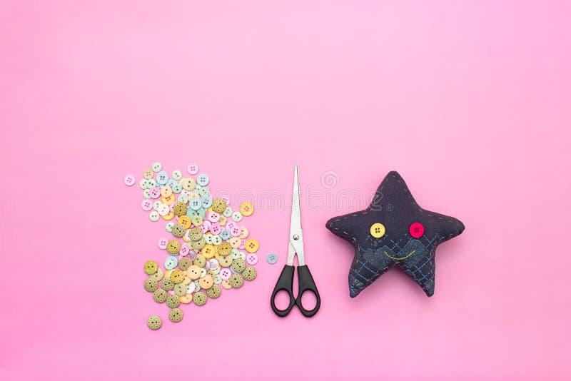 Materialien für Kunst knöpft, Scheren, Spielzeugstern stockbilder