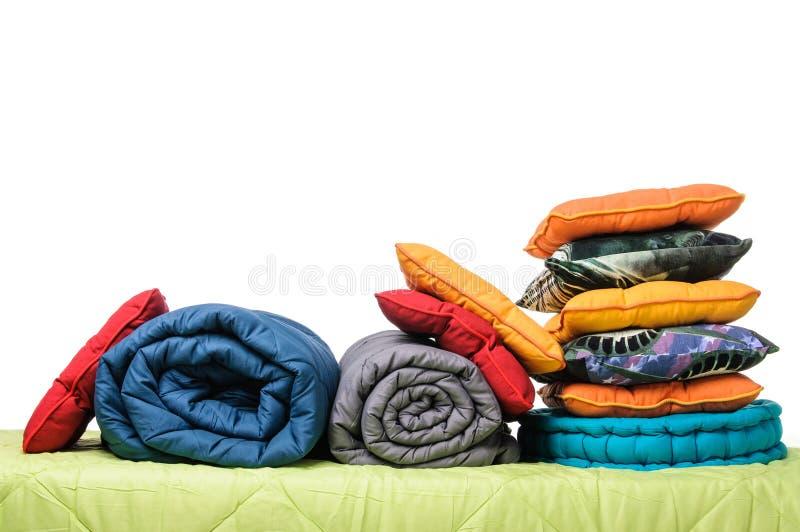 Materias textiles, almohadas, mantas en el colchón foto de archivo