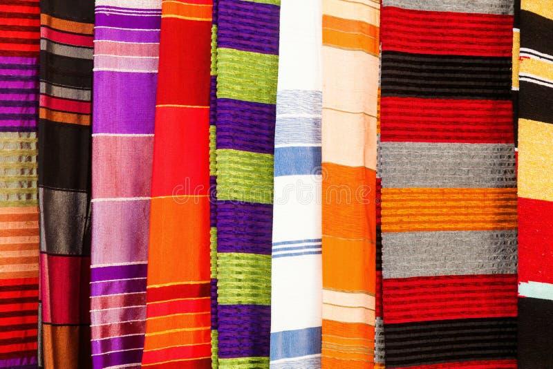 Materias textiles coloridas de Marruecos fotografía de archivo