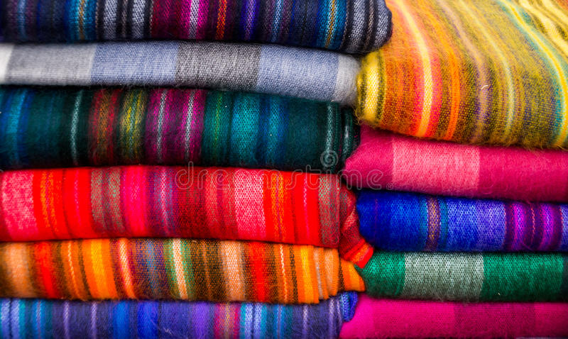 Materias textiles coloridas en muchos colores fotos de archivo