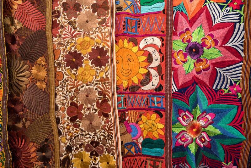 Materias textiles indígenas coloridas en Otavalo Ecuador fotografía de archivo libre de regalías