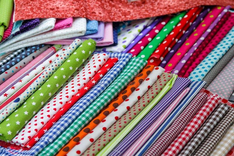 Materias textiles multicoloras en el contador fotos de archivo libres de regalías