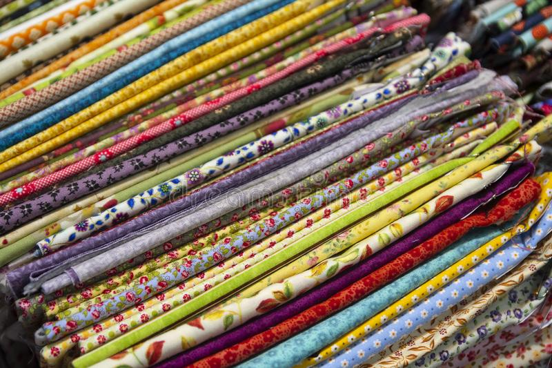 Materias textiles multicoloras en el contador fotografía de archivo libre de regalías