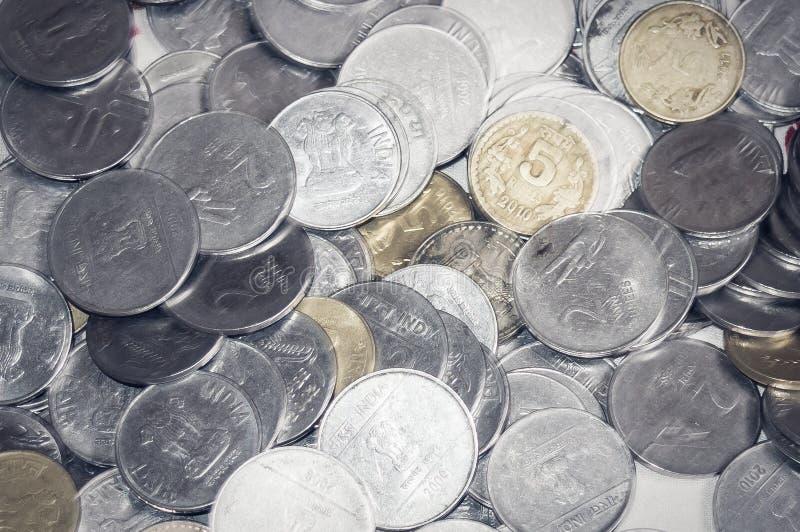 Materiel 1, 10, bakgrund för metall för indisk rupie 5 isolerad mynt arkivfoton