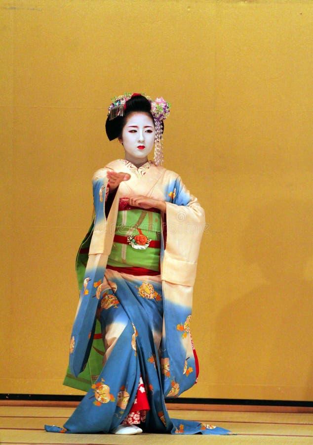 Materielbild av Maiko som utför en dans kyo-mai arkivfoton
