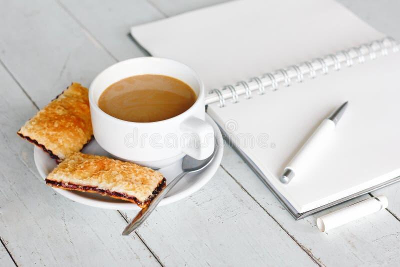 Materielfoto: Frukostera med kaffe och den nya jordgubbepajen på fotografering för bildbyråer
