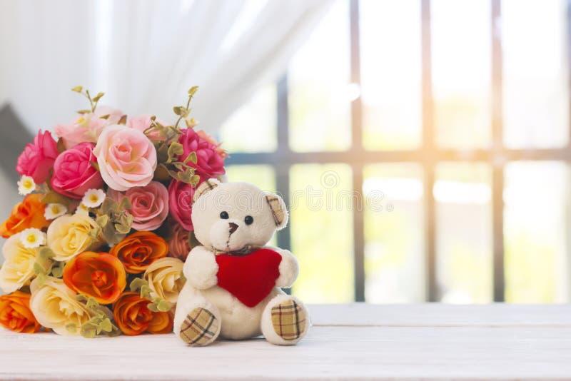 Materielfoto: Leksakbjörn som sitter bredvid fönstret med fejkat flöde royaltyfri fotografi
