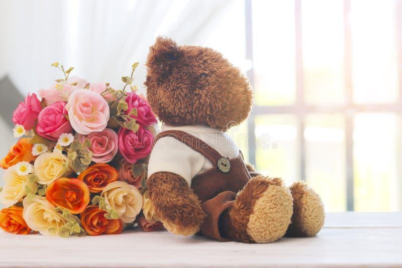 Materielfoto: Leksakbjörn som sitter bredvid fönstret med fejkat flöde royaltyfria bilder