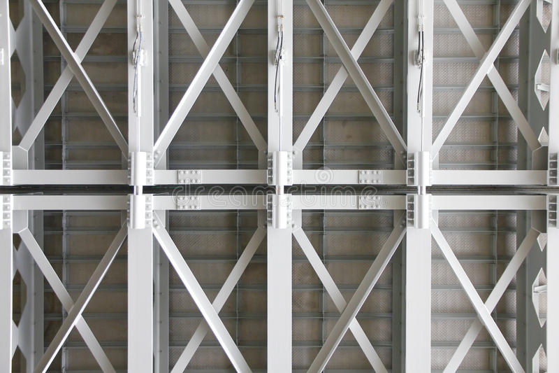 Materielfoto: strukturell under-sida av en konkret bro, Suppor arkivbild