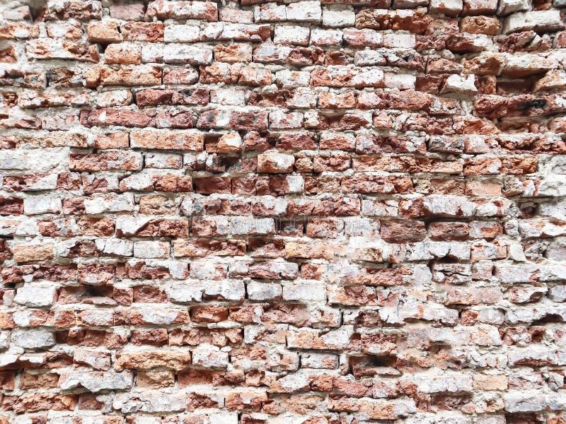 Materiell bakgrund av den antika gamla forntida tegelstenväggen arkivfoto