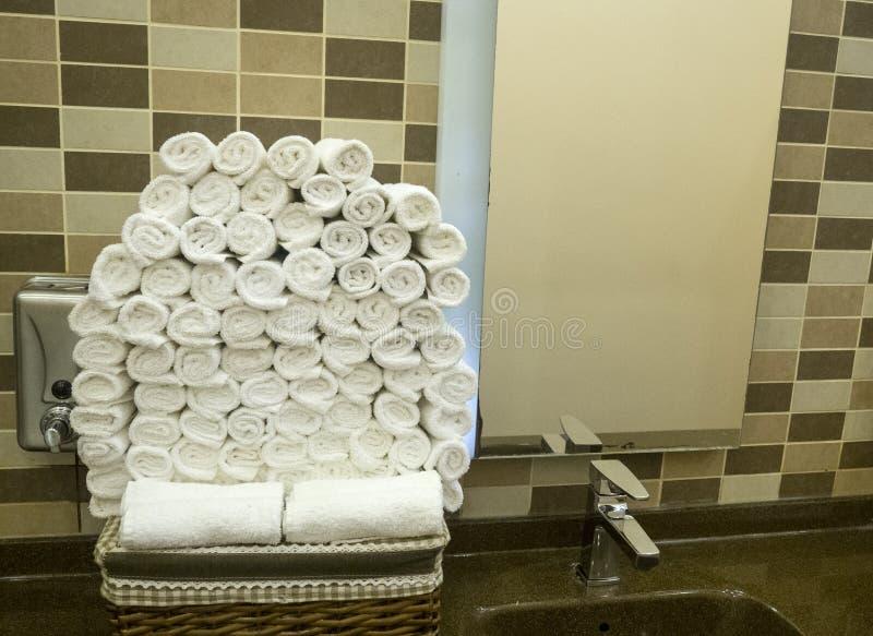Materiella handdukar i lyxigt hotell fotografering för bildbyråer