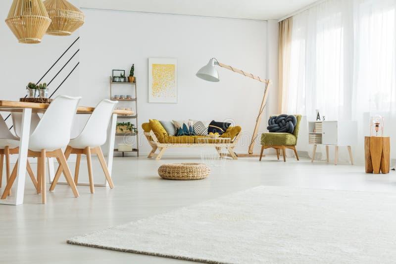 Materieller Puff im Wohnzimmer lizenzfreies stockbild