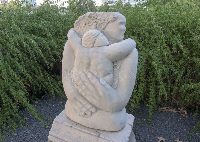 ` Maternal de la caricia del ` de Eliseo S Garza, Texas Sculpture Garden, Hall Park, Frisco, Tejas fotografía de archivo