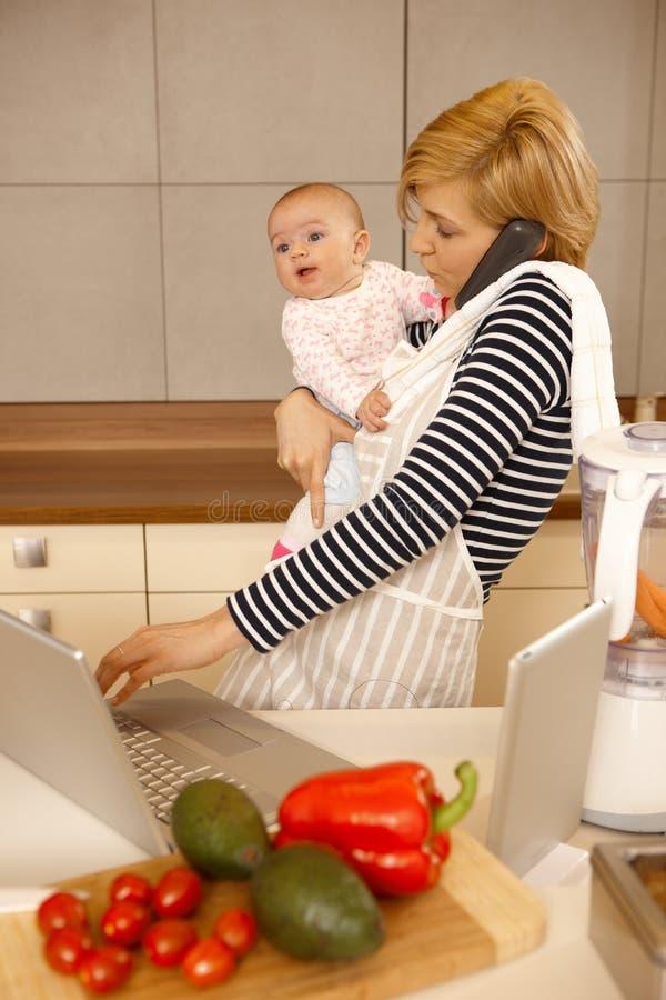 Maternidad contra carrera foto de archivo libre de regalías