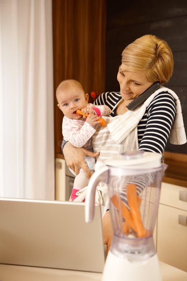 Maternidad contra carrera fotos de archivo libres de regalías