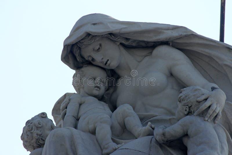 Maternidade, a estátua na abóbada de Victoria Memorial, Kolkata imagens de stock royalty free