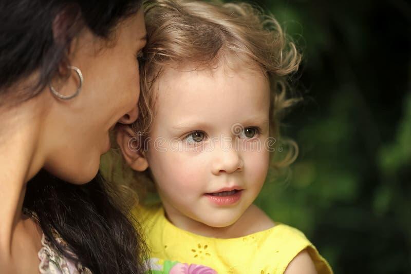 Maternidade feliz Criança da menina da posse da mulher no dia de verão imagem de stock royalty free