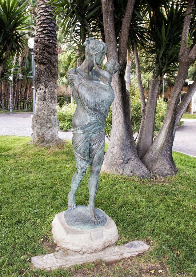 Maternidade pelo escultor ilustre Alfiero Nena em Sorrento, Itália fotos de stock