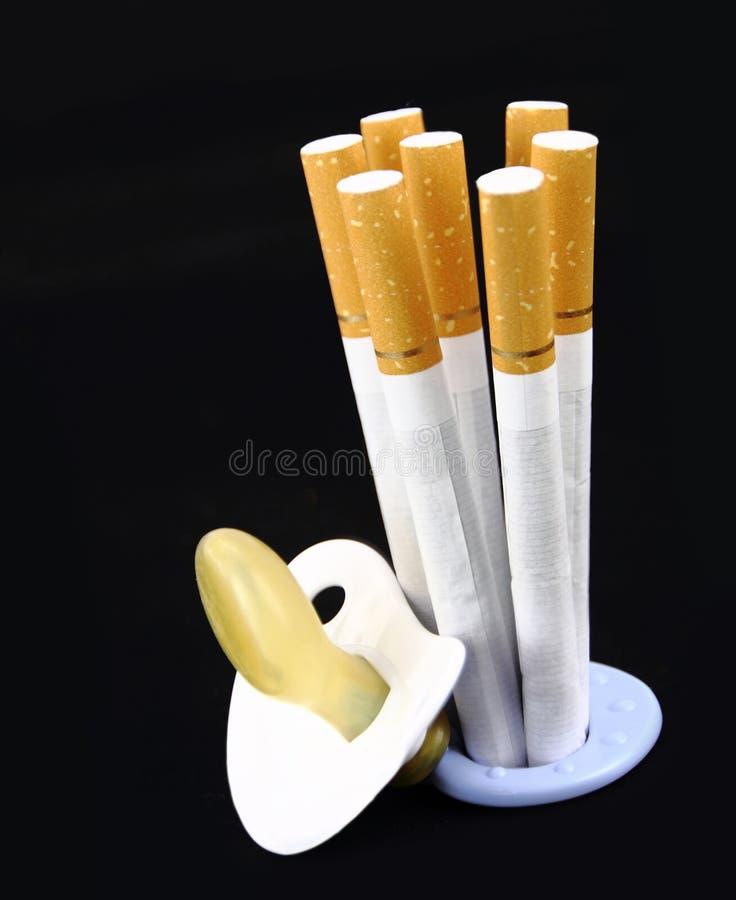 Maternità e sigaretta fotografia stock libera da diritti