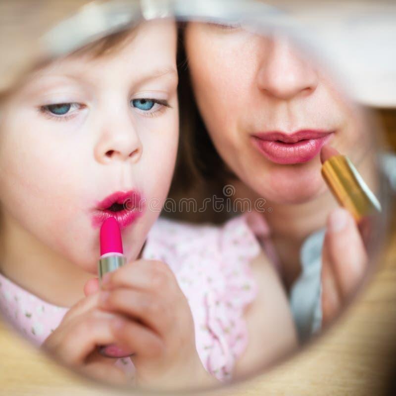 maternity Moder och dotter som sätter på makeup hemma royaltyfri bild