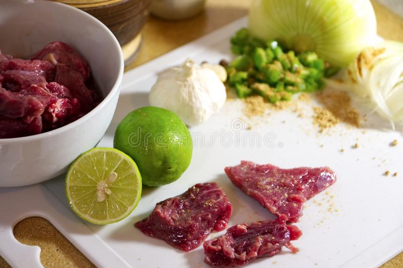 Matförberedelse, kött med smaktillsatser royaltyfria bilder