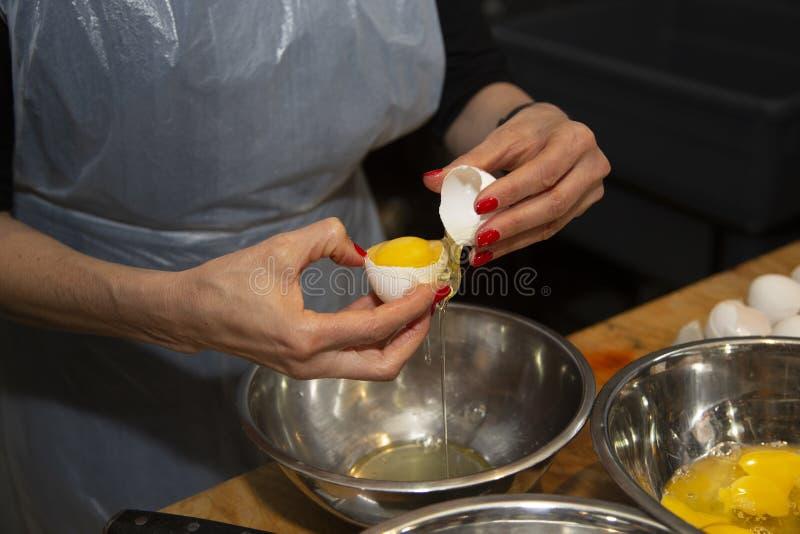 Matförberedelse - separat äggula och äggvita royaltyfria foton