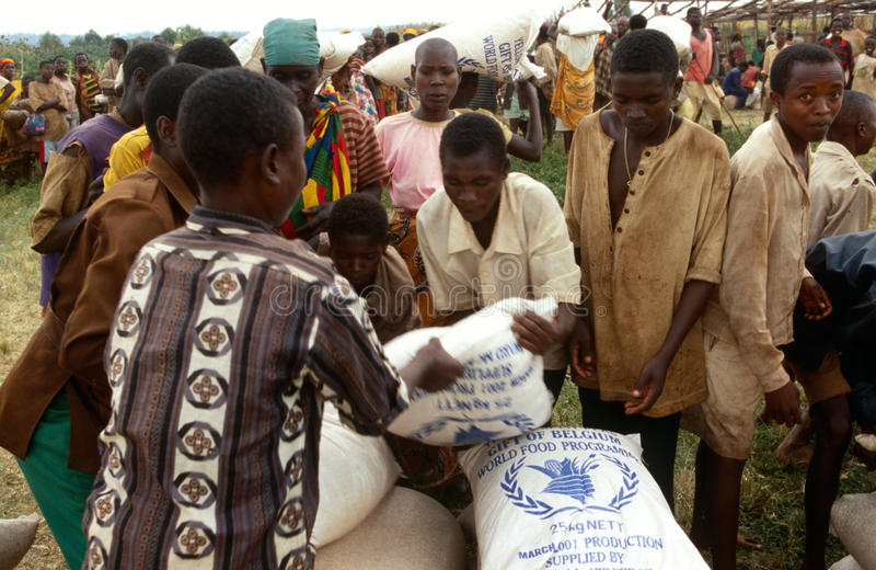 Matfördelning i Rwanda. arkivbild