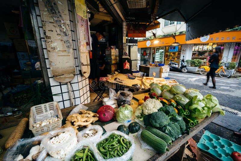 Matförsäljare nära Dongmen, i Taipei, Taiwan arkivfoton