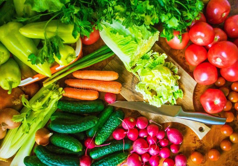 Matfoto många olika grönsaker, med vit bakgrund för text royaltyfri fotografi