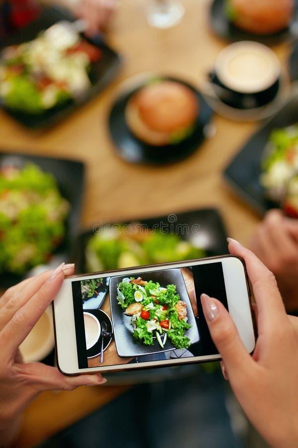 Matfotografi på den smarta telefonen i restaurang royaltyfri foto