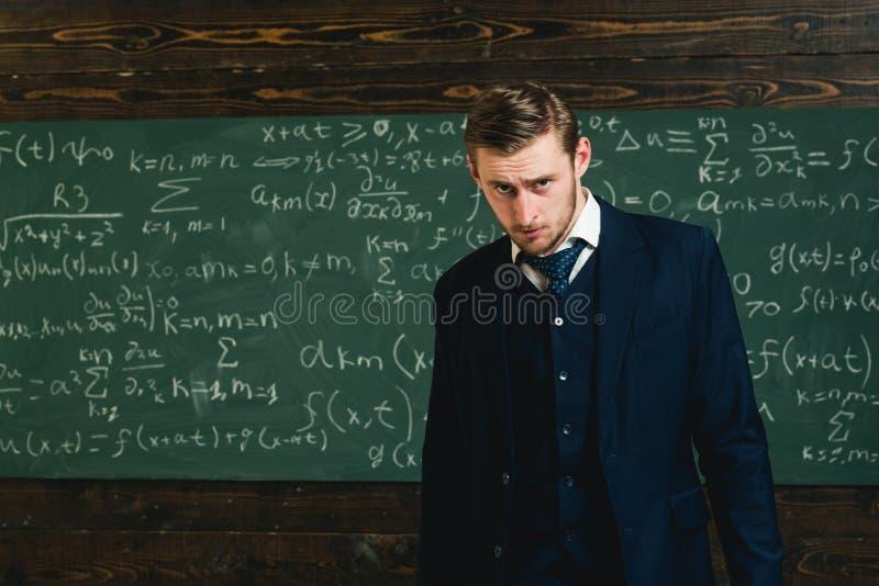 Mathématicien doué Problème de mathématiques résolu par génie L'étudiant futé de professeur intrested les sciences précises de ph photos libres de droits