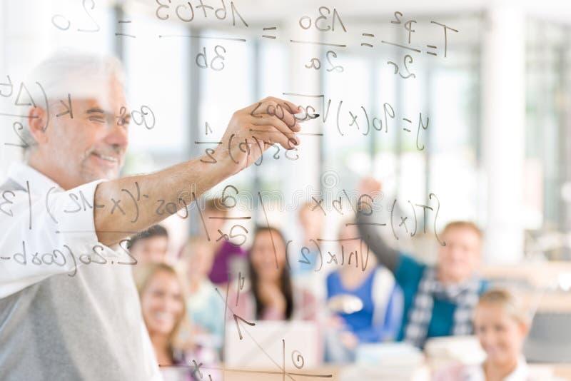 Math bij middelbare school - studenten met professor stock foto