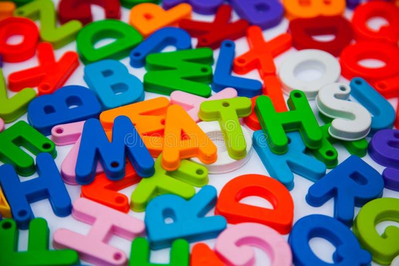 Mathe geschrieben mit Alphabetblöcken lizenzfreies stockbild
