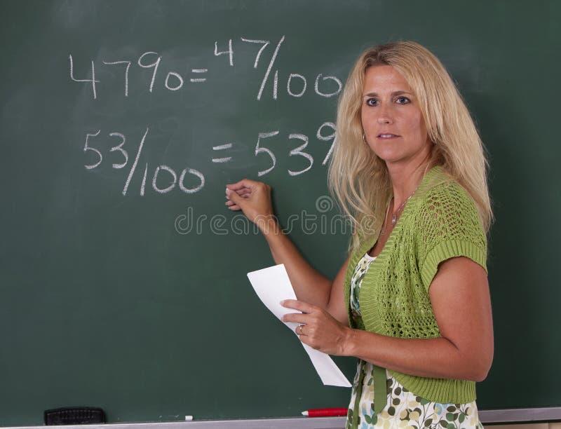 Mathe-Lehrer im Klassenzimmer stockfotografie
