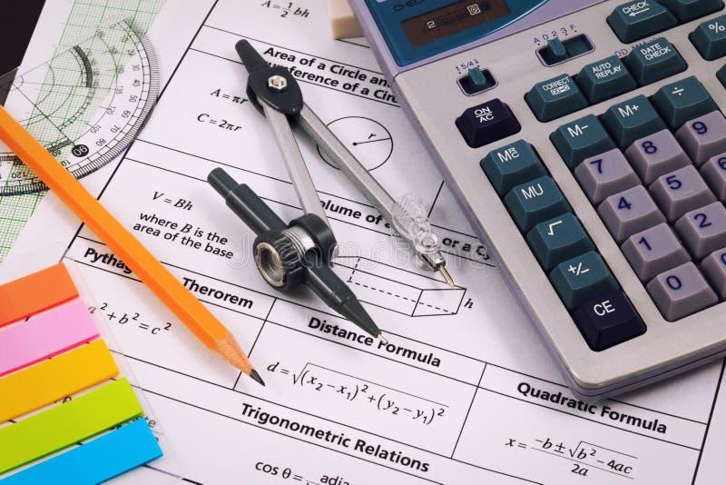 Mathematics, równania zakończenie Rozwiązywać Matematycznie problem zdjęcia royalty free