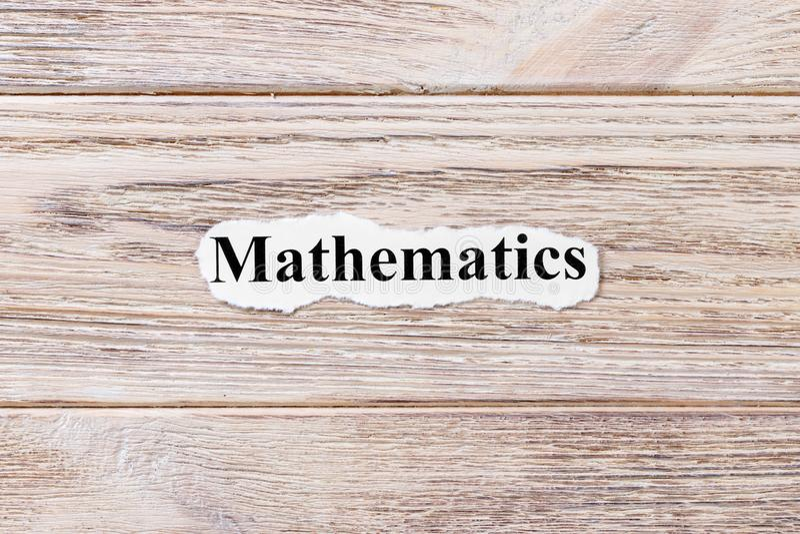 Mathematik des Wortes auf Papier Konzept Wörter von Mathematik auf einem hölzernen Hintergrund lizenzfreie stockfotografie