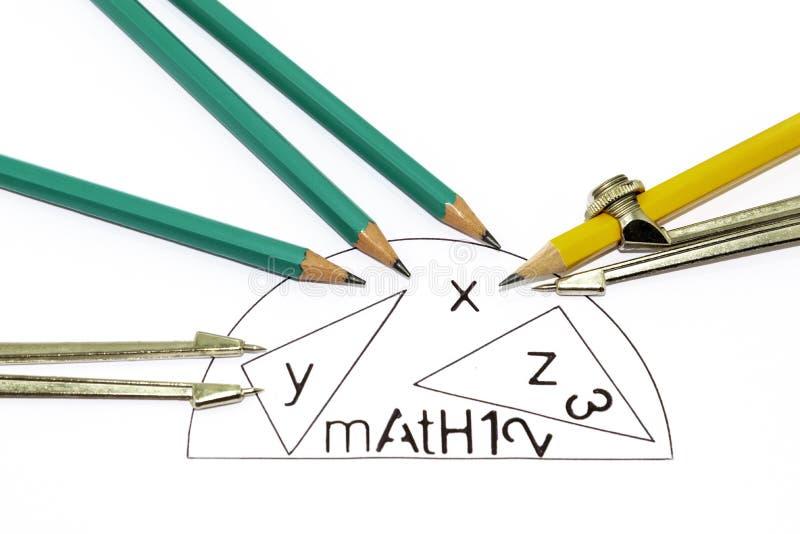Mathematik-Symbole auf einem weißen Blatt, die es auf weißem Boden isolieren lizenzfreies stockbild