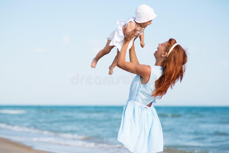 Mather e bebê no mar fotos de stock