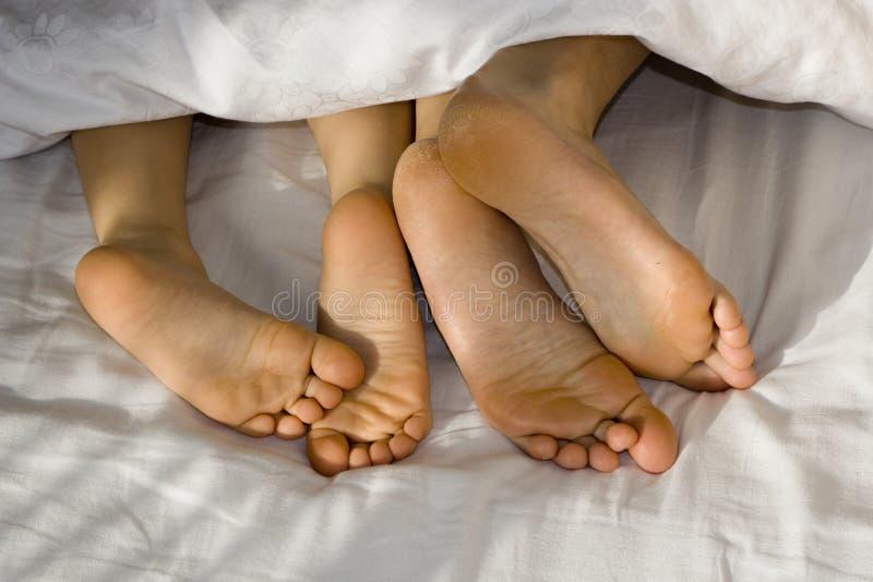 Mather e pés da filha fotografia de stock