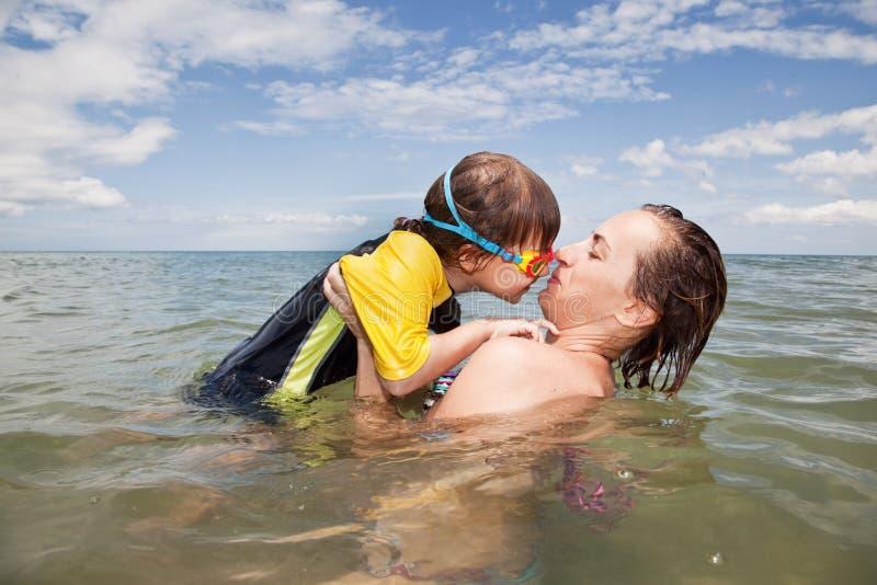 Mather i córka bawić się w morzu fotografia royalty free