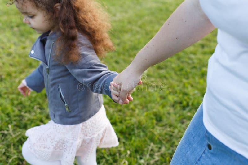 Mather i dziewczynka trzyma ręka w rękę Przyjaźń w rodzinie obrazy royalty free