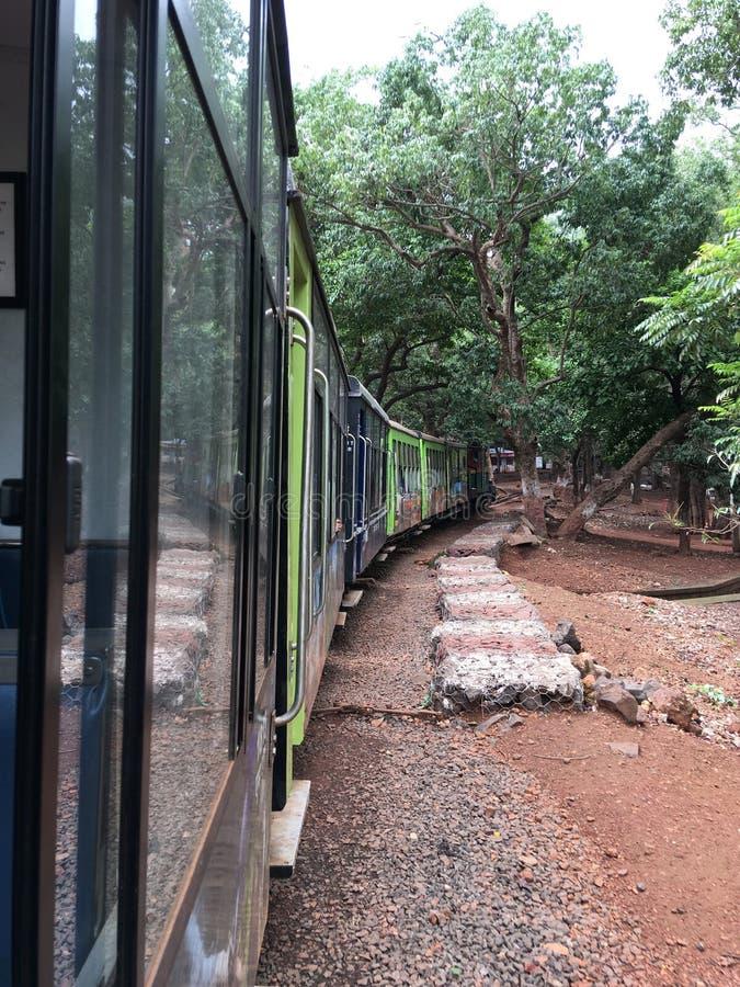 Matheran-Hügelzug, der auf Amanlodge-Station Bezirk Raigad-Maharashtra INDIEN sich bewegt stockbild