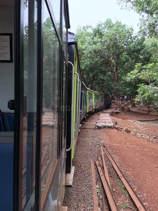 Matheran-Hügelzug, der auf Amanlodge-Station Bezirk Raigad-Maharashtra INDIEN sich bewegt stockfotos