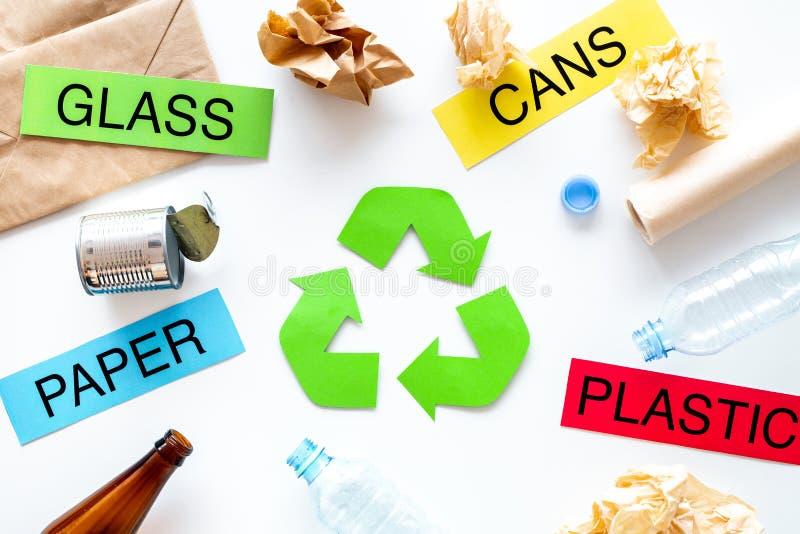 Matherials conveniente para recicla cerca de verde recicla símbolo del eco Las palabras empapelan, vidrio, plástico, latas en el  foto de archivo libre de regalías